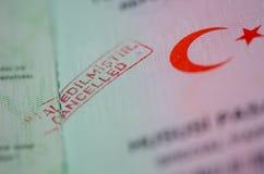 Carimbo de borracha CANCELADO vermelho no passaporte imagens de stock royalty free