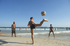 Carioca Βραζιλιάνοι που παίζει την παραλία Altinho Keepy Uppy Στοκ φωτογραφία με δικαίωμα ελεύθερης χρήσης