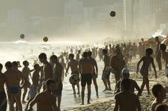 Carioca Βραζιλιάνοι που παίζει το ποδόσφαιρο παραλιών Altinho Στοκ Φωτογραφίες