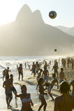 Carioca Βραζιλιάνοι που παίζει το ποδόσφαιρο παραλιών Altinho Futebol Στοκ Εικόνες