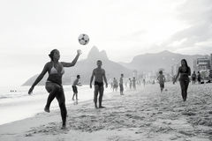 Carioca Βραζιλιάνοι που παίζει το ποδόσφαιρο ποδοσφαίρου παραλιών Altinho Futebol Στοκ φωτογραφίες με δικαίωμα ελεύθερης χρήσης