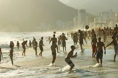 Carioca Βραζιλιάνοι που παίζει το ποδόσφαιρο Ρίο παραλιών Altinho Στοκ Εικόνες