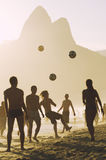 Carioca-Brasilianer, die Strand-Fußball Altinho Futebol spielen lizenzfreies stockbild