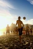 Carioca-Brasilianer, die Strand-Fußball Altinho Futebol spielen Stockbild