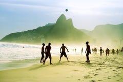 Carioca-Brasilianer, die Strand-Fußball-Fußball Altinho Futebol spielen Stockfotografie