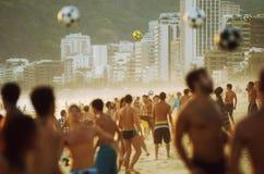 Carioca-Brasilianer, die Strand-Fußball-Fußball Altinho Futebol spielen lizenzfreie stockbilder