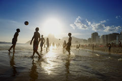 Carioca Brazilianen die Altinho-Strandvoetbal Rio spelen royalty-vrije stock foto's