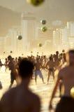 Carioca Brazilianen die de Voetbal van het het Strandvoetbal van Altinho Futebol spelen Stock Afbeelding