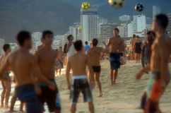 Carioca Brazilianen die de Voetbal van het het Strandvoetbal van Altinho Futebol spelen Royalty-vrije Stock Foto's