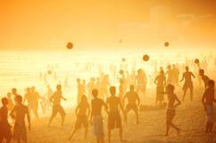 Carioca Brazilianen die de Voetbal van het het Strandvoetbal van Altinho Futebol spelen stock foto