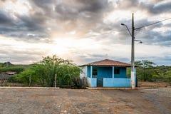 Cariri, ParaÃba,巴西- 2018年2月:简单的生活背景的风景与一个美丽的房子的在一块干陆 库存图片