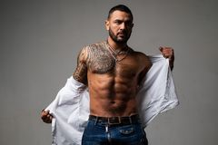 Carisma de la confianza hombre machista muscular con el cuerpo atl?tico deporte y aptitud, salud ABS atractivo del hombre del tat fotos de archivo libres de regalías