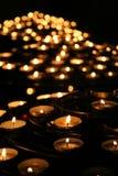 Carità. Candele di preghiera in un tempiale. Fotografie Stock