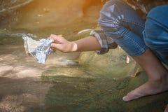 Carità della raccolta dei rifiuti di aiuto del volontario dei bambini Fotografia Stock Libera da Diritti