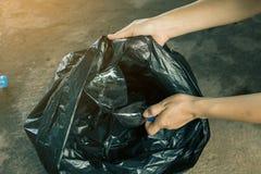Carità della raccolta dei rifiuti di aiuto del volontario delle donne Fotografia Stock