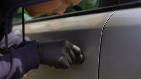 Carjacker que desbloquea el auto en el estacionamiento, seguro de propiedad privada, asalto a coches almacen de video
