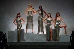 Carla Bruni, Claudia Schiffer, Naomi Campbell, Cindy Crawford und Helena Christensen gehen die Rollbahn an der Versace-Show stockfotos