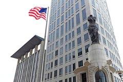 Carlen B Fyller på med bränsle U S Domstolsbyggnad i i stadens centrum Cleveland, Ohio, USA royaltyfri bild