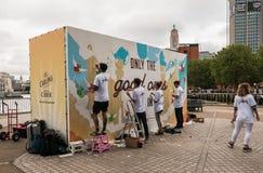 Carling dekorerar brittiska äppeljuicearbetare affischtavlan på London Sou Arkivfoton