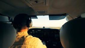 Carlinga de un avión privado con un aviador que lo pilota metrajes
