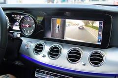 Carlinga de un coche moderno con la cámara reversa imagenes de archivo