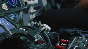 Carlinga del avión de pasajeros dentro Primer de la maneta palanca empujada para el control de motor almacen de video