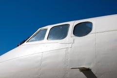 Carlinga del fuselaje Pieza de los aviones La nariz de los aviones contra el cielo azul imagenes de archivo