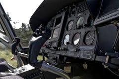 Carlinga del helicóptero y tablero de instrumentos imágenes de archivo libres de regalías