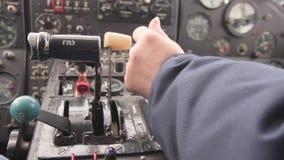 Carlinga dentro Artilugios del funcionamiento de los pilotos de las manos del hidroavión Vídeo con el sonido almacen de video