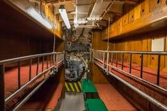 Carlingue avec des couchettes pour l'équipage sur le vieux sous-marin image libre de droits