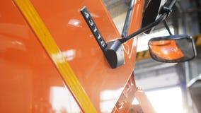Carlingue brillante rouge de camion de vue étroite avec le miroir après la réparation banque de vidéos