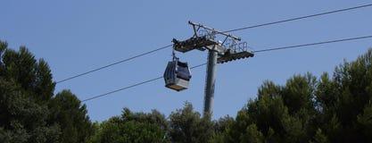 Carlingue de chemin de câble au-dessus des arbres Photo stock