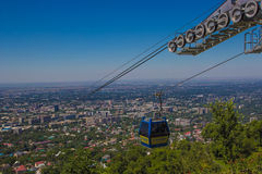 Carlingue de funiculaire à la vue de ville d'Almaty, Kazakhstan images libres de droits