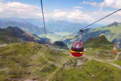 Carlingue de funiculaire sur le chemin à plus vitreux dans les Alpes autrichiens Photos stock