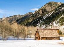 Carlingue de rondin abandonnée solitaire dans les montagnes Photo stock