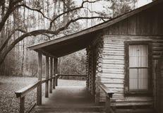 Carlingue de rondin rustique dans les bois Photographie stock