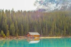 Carlingue de rondin sur Lake Louise image libre de droits