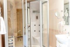 Carlingue de sauna de station thermale dans la salle de bains photos libres de droits