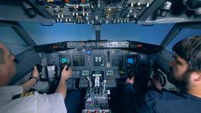 Carlingue de simulateur de vol avec un pilote et un civil dans elle clips vidéos