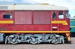 Carlingue de train électrique russe moderne Vue de côté de la tête du train ferroviaire avec beaucoup de roues et fenêtres sous f Photo stock