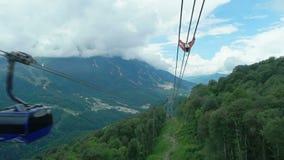 Carlingue des passages de ropeway au-dessus des montagnes banque de vidéos