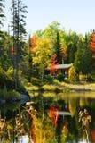 Carlingue en bois par le lac Image stock
