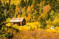 Carlingue rustique en montagnes pendant le changement d'automne Photo libre de droits