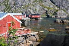 Carlingues en bois rouges et jaunes de pêche en Norvège Photos stock