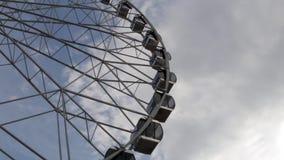 Carlingues Ferris Wheel tournant sur un fond de ciel nuageux banque de vidéos