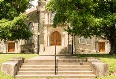 Carlisle Kentucky/Förenta staterna - Juni 20, 2018: Ingången till denna gamla kyrka i Carlisle välkomnar besökare Royaltyfria Foton