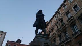 Carlo Goldoni-standbeeld in Venetië stock afbeeldingen