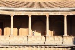 Carlo V pałac, hali starożytnego pałacu alhambra Hiszpanii Round, oryginał obraz royalty free