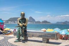 Carlos Drummond de Andrade Statue bij Copacabana-Strand met Sugar Loaf Mountain op achtergrond - Rio de Janeiro, Brazilië royalty-vrije stock afbeeldingen