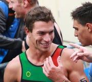 Carlos Perera souriant après l'événement de triathlon Photo libre de droits